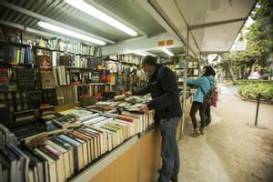 Un hombre mira un libro en la Feria del libro antiguo y de ocasión