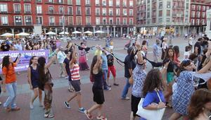 Cadena de sostenidors a Valladolid durant la manifestació per demanar la dimissió de l'alcalde.