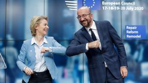La presidenta de la Comisión Europea, Ursula Von Der Leyen, y el presidente del Consejo Europeo, Charles Michel, al final de la cumbre en la que se decidió el fondo de ayuda, el 21 de julio enBruselas.