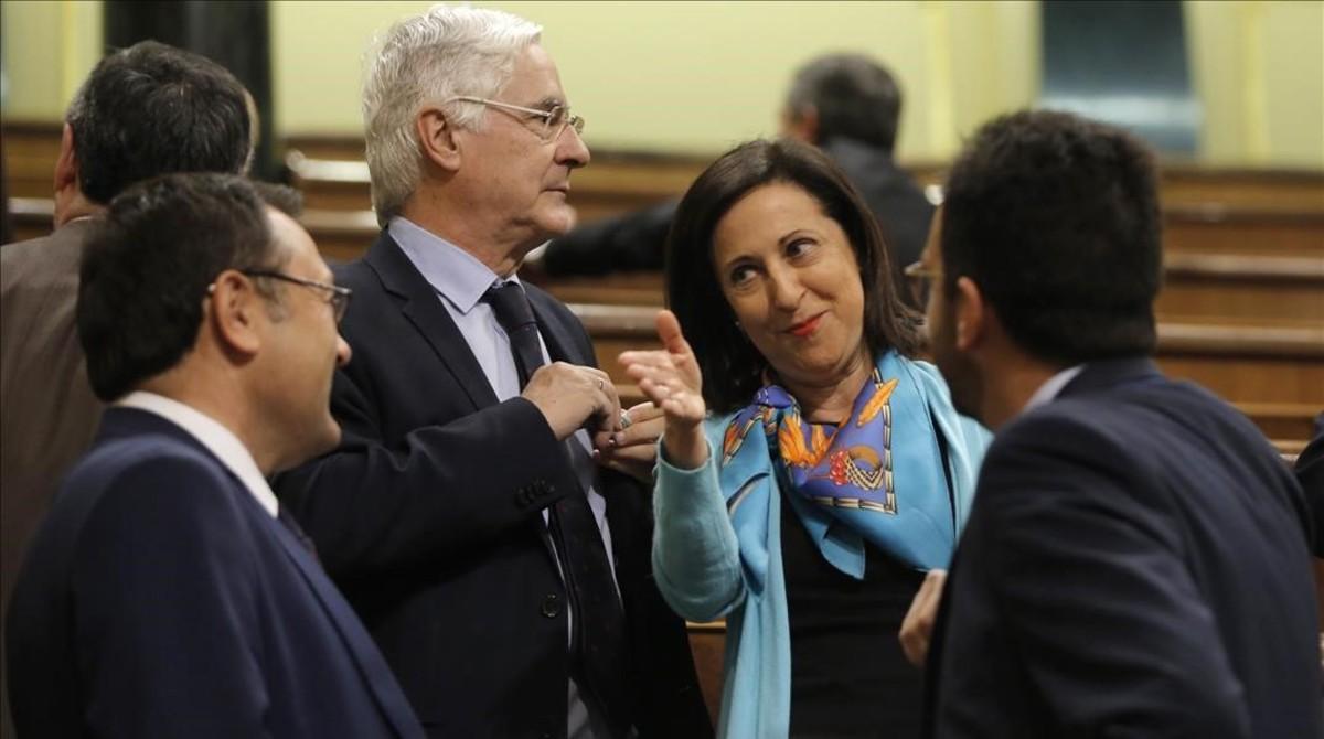 Los diputados del PSOE Margarita Robles y Miguel Ángel Heredia, junto al portavoz Antonio Hernando, en el Congreso.