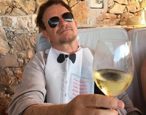 Bono, copa de vino en mano, durantes sus vacaciones en Croacia.