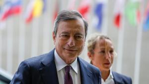 JW01. LUXEMBURGO (LUXEMBURGO), 13/06/2019.- El presidente del Banco Central Europeo (BCE), Mario Draghi (i), a su llegada a la reunión de ministros de Economía y Finanzas de la eurozona, este jueves en Luxemburgo (Luxemburgo). El Eurogrupo intenta alcanzar un acuerdo sobre el futuro presupuesto para el área de la moneda única. EFE/ Julien Warnand