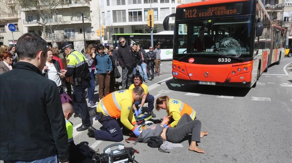 En estado crítico una ciclista arrollada por un autobús de línea en Barcelona