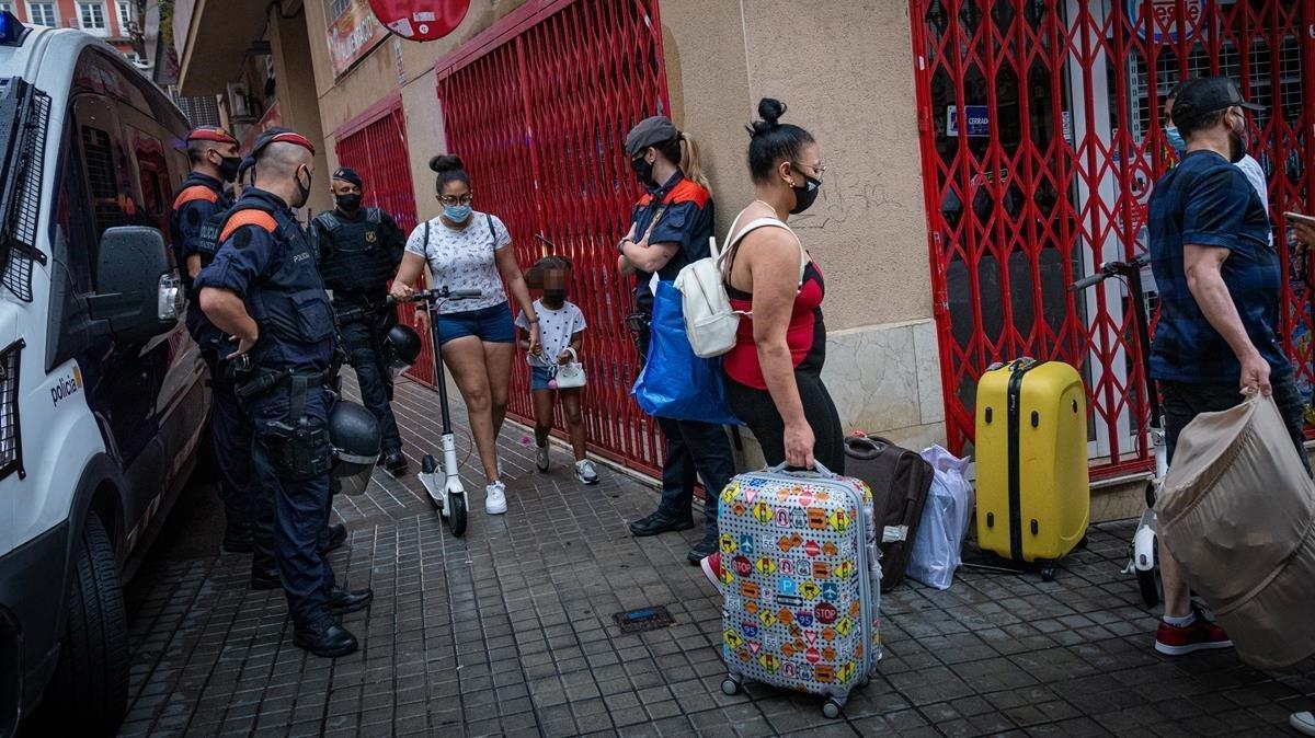 Niños en medio de un desalojo en el Poble Sec, en septiembre.
