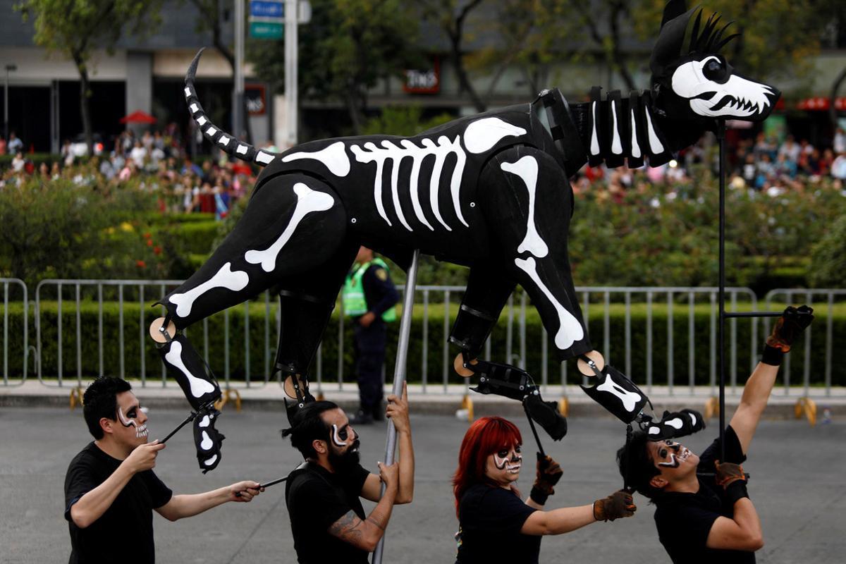 Un figura móvil con forma de perro para conmemorar el Día de Muertos en Ciudad de México