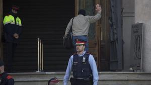Benítez entra en el Palacio de Justicia.