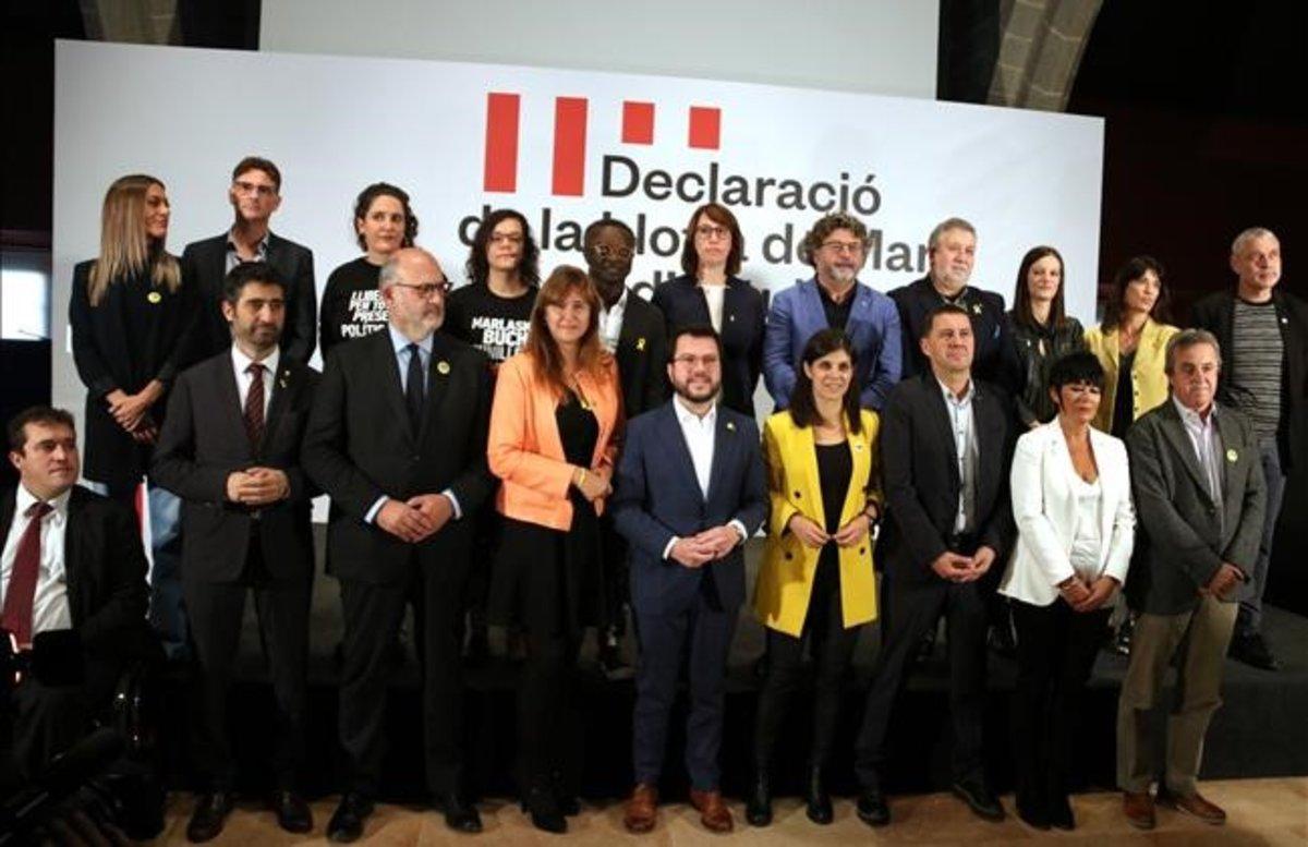 Representantes de distintos partidos soberanistas del Estado tras firmar la Declaración en la Llotja de Mar.