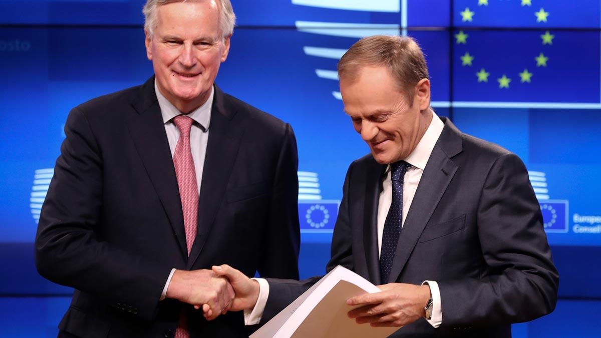 Michel Barnier y Donald Tusk, con el borrador del 'brexit', en rueda de prensa en Bruselas.