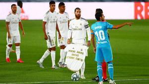 Sergio Ramos sostiene una camiseta de apoyo a Unzué antes del inicio del Real Madrid-Valencia, este jueves