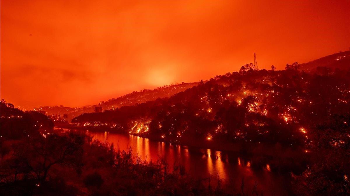 Las llamas prendieron fuego a ambos lados de un segmento del lago Berryessa, durante el incendio de Hennessey, California.