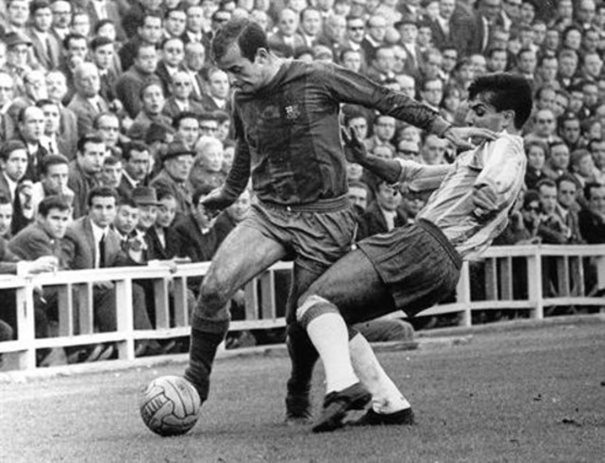 Chus Pereda dribla al españolista Riera durante un partido de Liga de los sesenta.