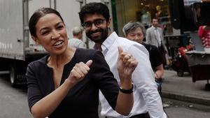 Alexandria Ocasio-Cortez celebra su triunfo en una calle de Nueva York.