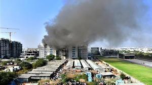 Columnas de humo después de que estallara este jueves un incendio dentro de la sede del Serum Institute of India