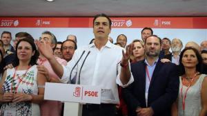Sánchez celebra su victoriaen la sede del PSOE.