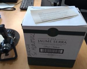 La caja de cava que los bomberos han devuelto a Jordi Montull.