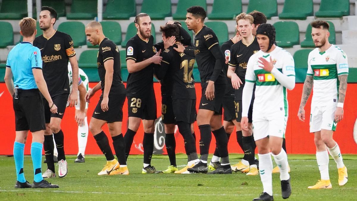 Los jugadores del Barça celebran el segundo gol de Elche, obra de Riqui Puig.