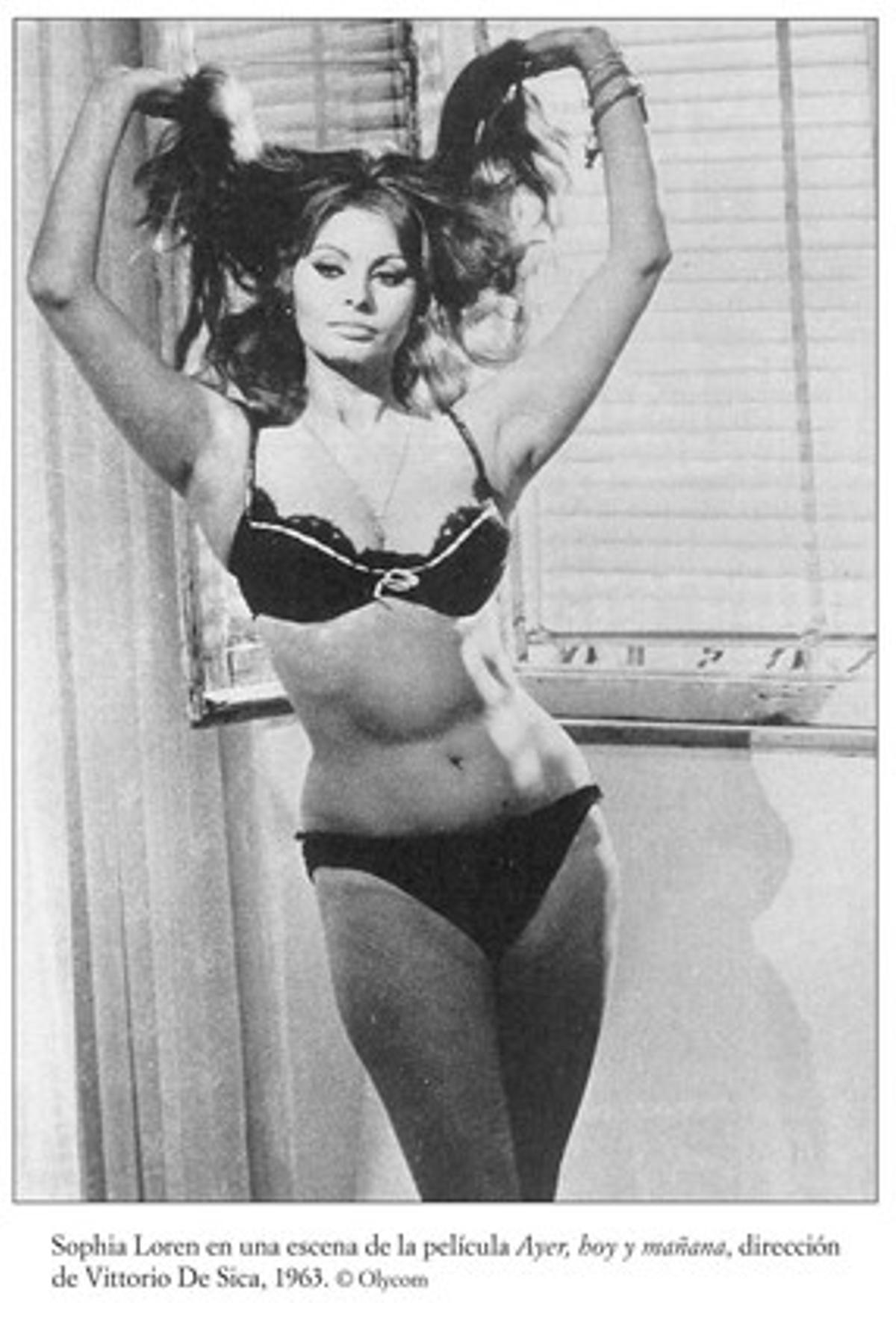 Sofía Loren, en bikini, en una escena de la película 'Ayer, hoy y mañana'.
