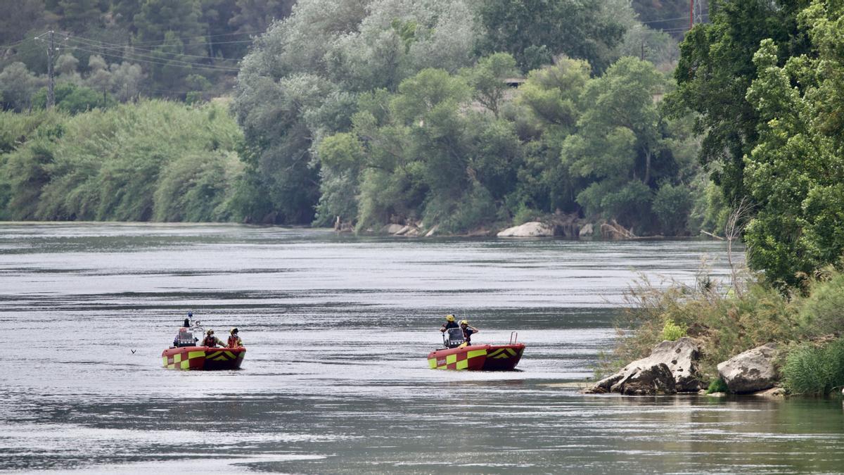 Operativo de búsqueda del chico de 15 años que ha desaparecido en el río Ebro en la playa del Arenal de Miravet (Ribera d'Ebre), este jueves.