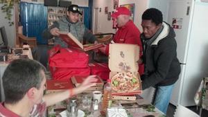 Telepizza entrega unas pizzas en la fundación RAIS