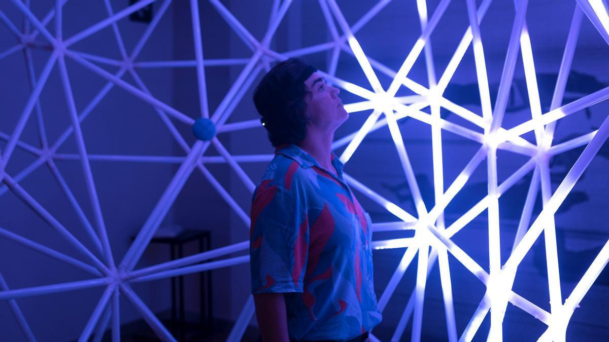 'Neuronnection', la pieza de Anaisa Franco permite controlar la iluminación de la escultura con la mente.