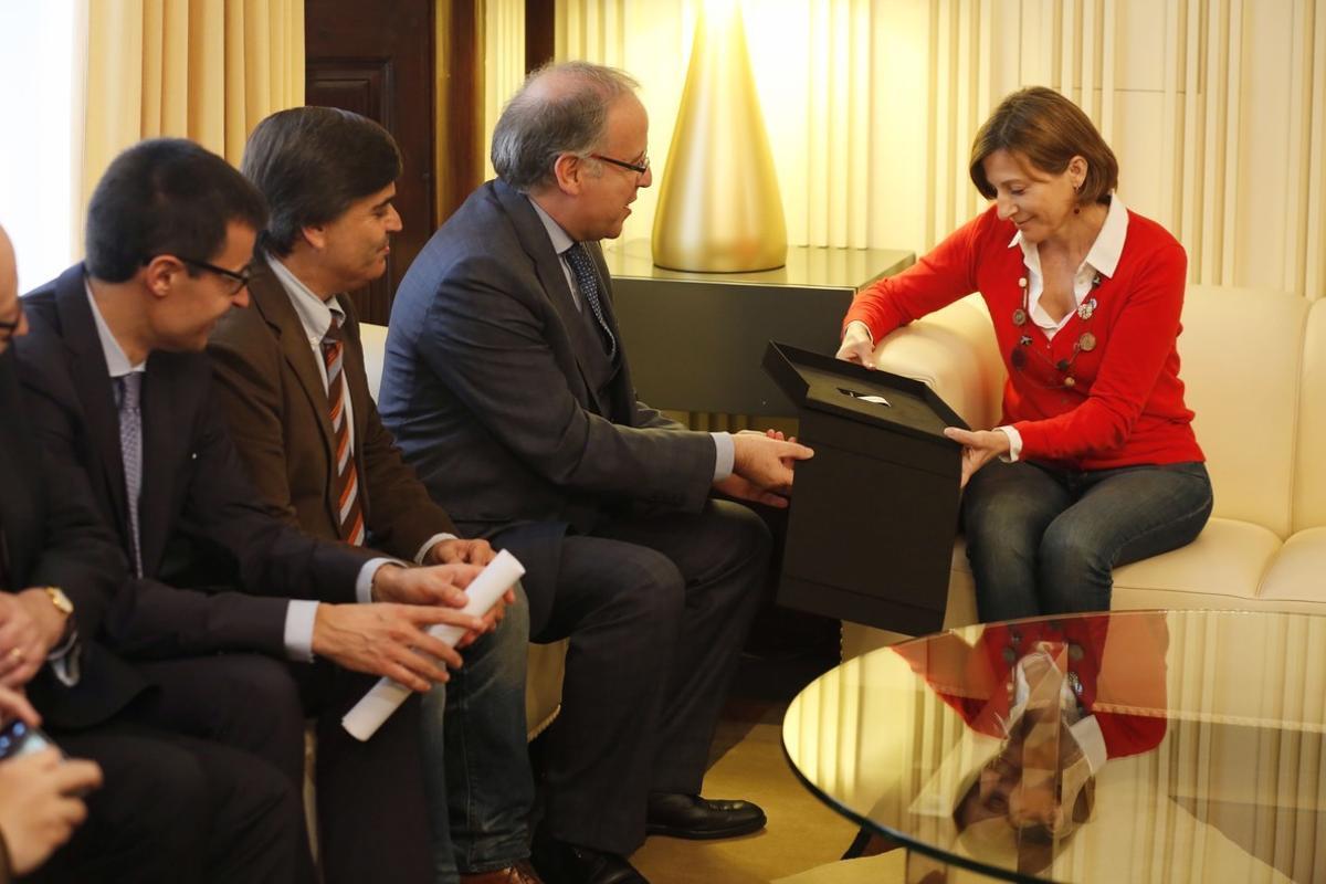 Entrega del borrador de la Constituciócatalana a Carme Forcadell en el Parlament.