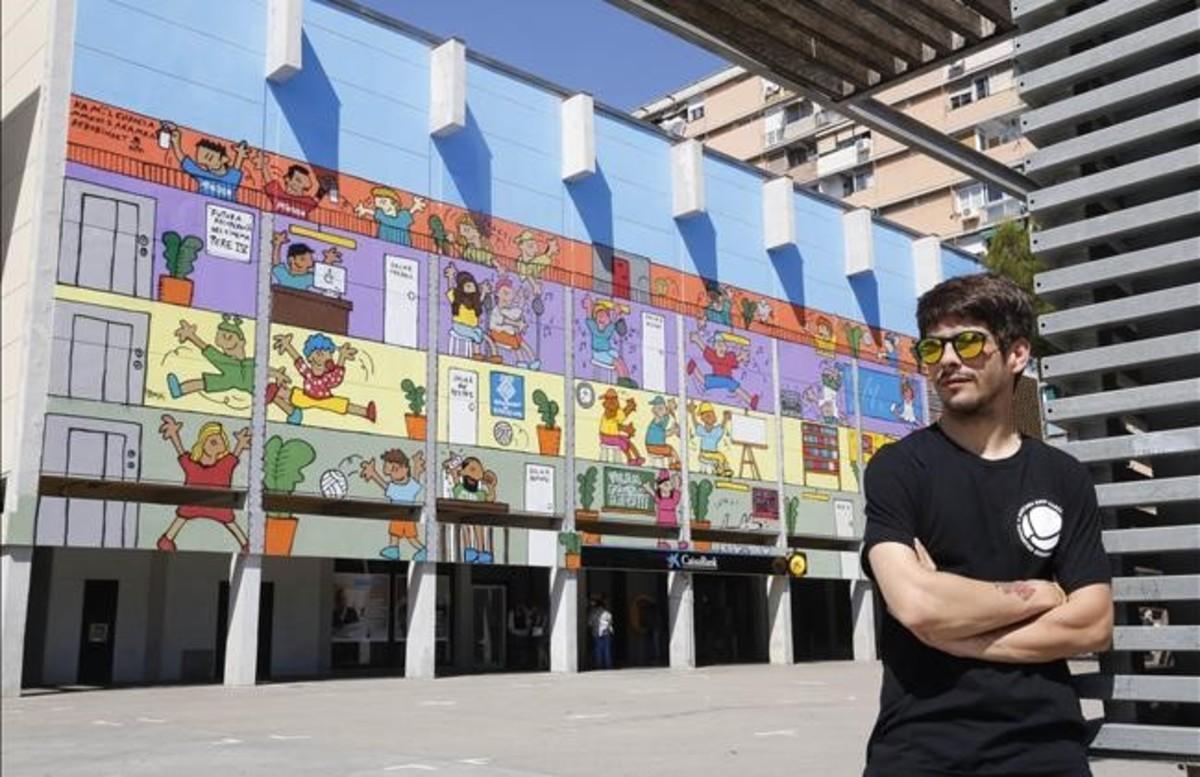 Kamil Escruela, frente al mural pintado en el Besòs para reivindicar que el viejo cine de propiedad municipal se convierta en un equipamiento.