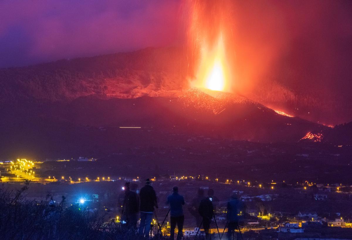Centenares de personas acuden cada día a este improvisado mirador del municipio de Los Llanos de Aridane para observar el desarrollo de la erupción del volcán de La Palma.