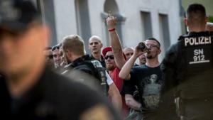 Compren tota la cervesa del poble per impedir que uns neonazis se la beguin