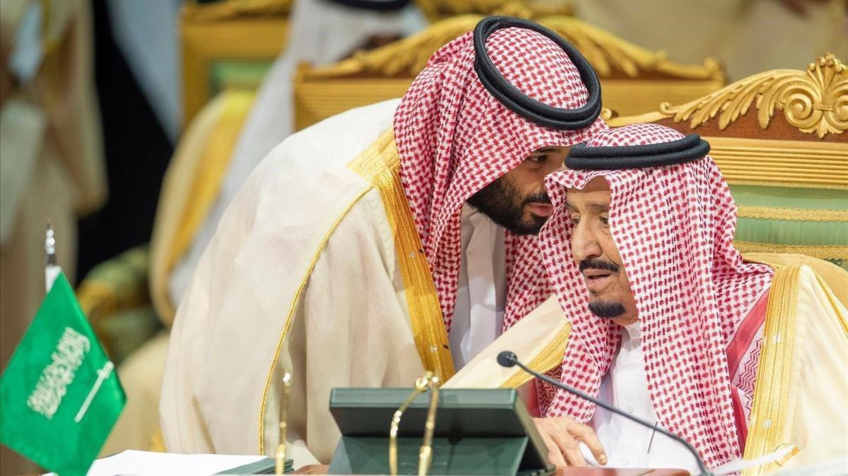 El príncipe herederoMohammed bin Salman, izquierda, habla con el rey saudí,Salman bin Abdulaziz, durante la cumnre del GCC en Riad.