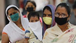 Fila para dar sus muestras de hisopos nasales, para la prueba de COVID-19, en Prayagraj India.