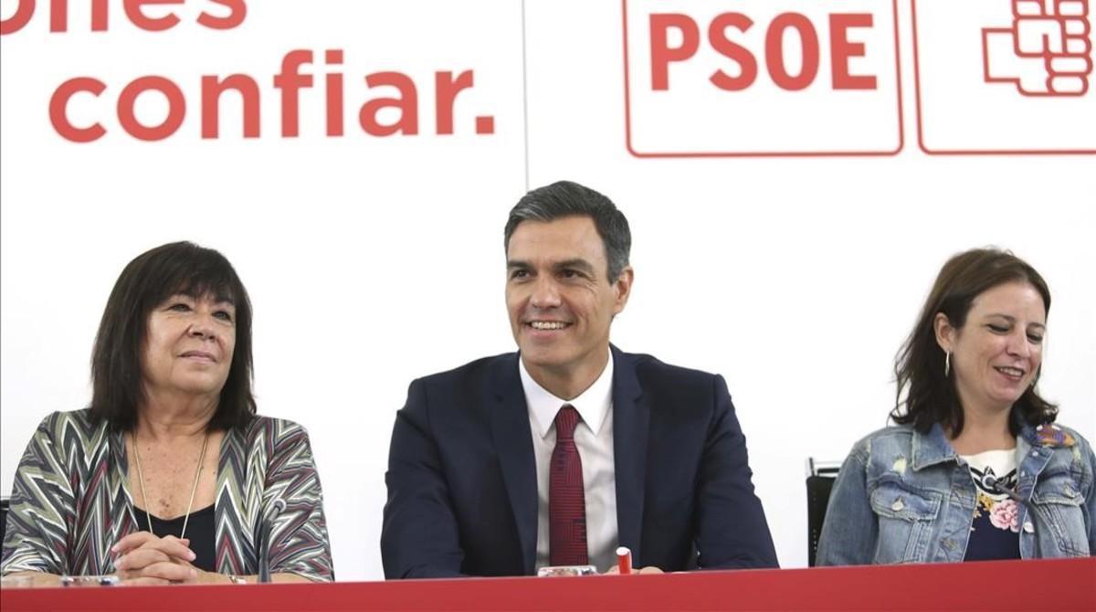 Cristina Narbona, Pedro Sánchez y Adriana Lastra, este lunes en la sede del PSOE.
