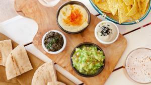 Humus, paté de olivas, mousse de berenjena y guacamole, que se acompañan de pan de pita y nachos. Es uno de los entrantes de Green & Burger.