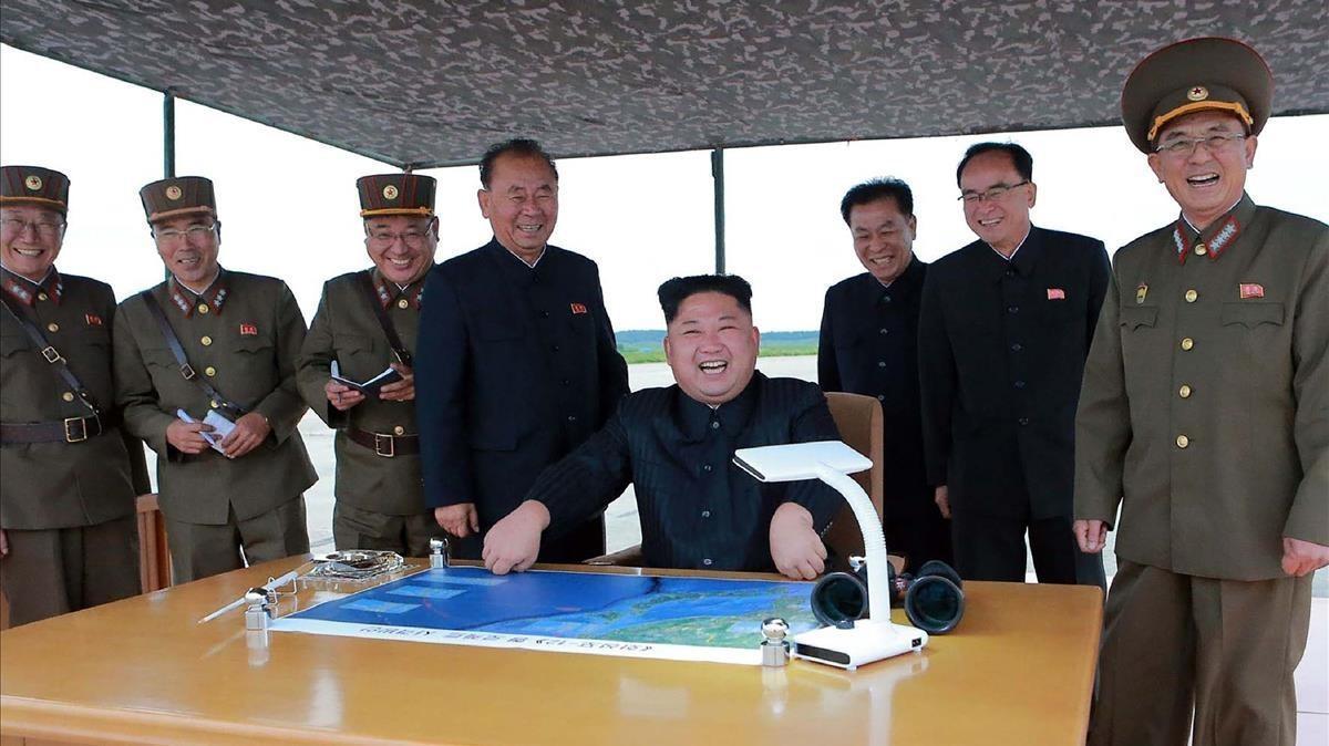 Kim Jong-un junto a un grupo de asesores observa el lanzamiento del misil que sobrevoló territorio de Japón.