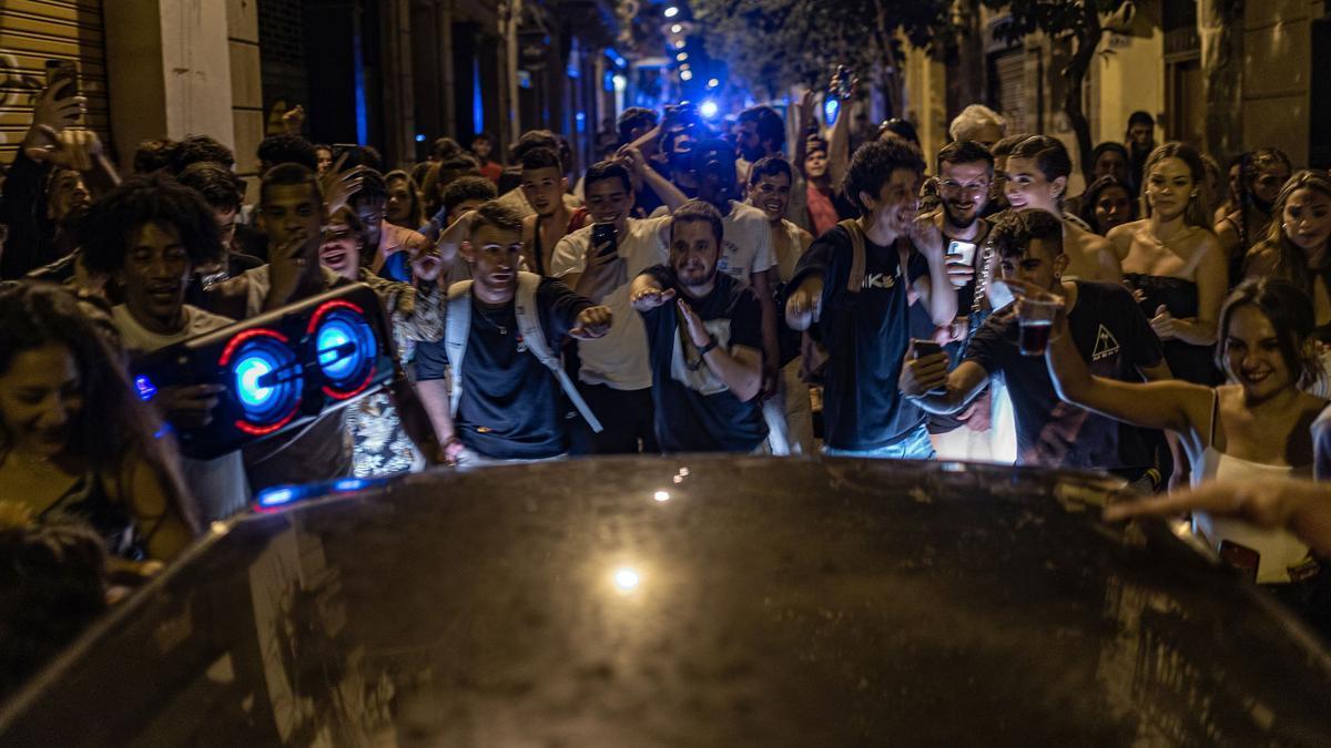 Ambiente en las calles de Gràcia la primera noche sin toque de queda.