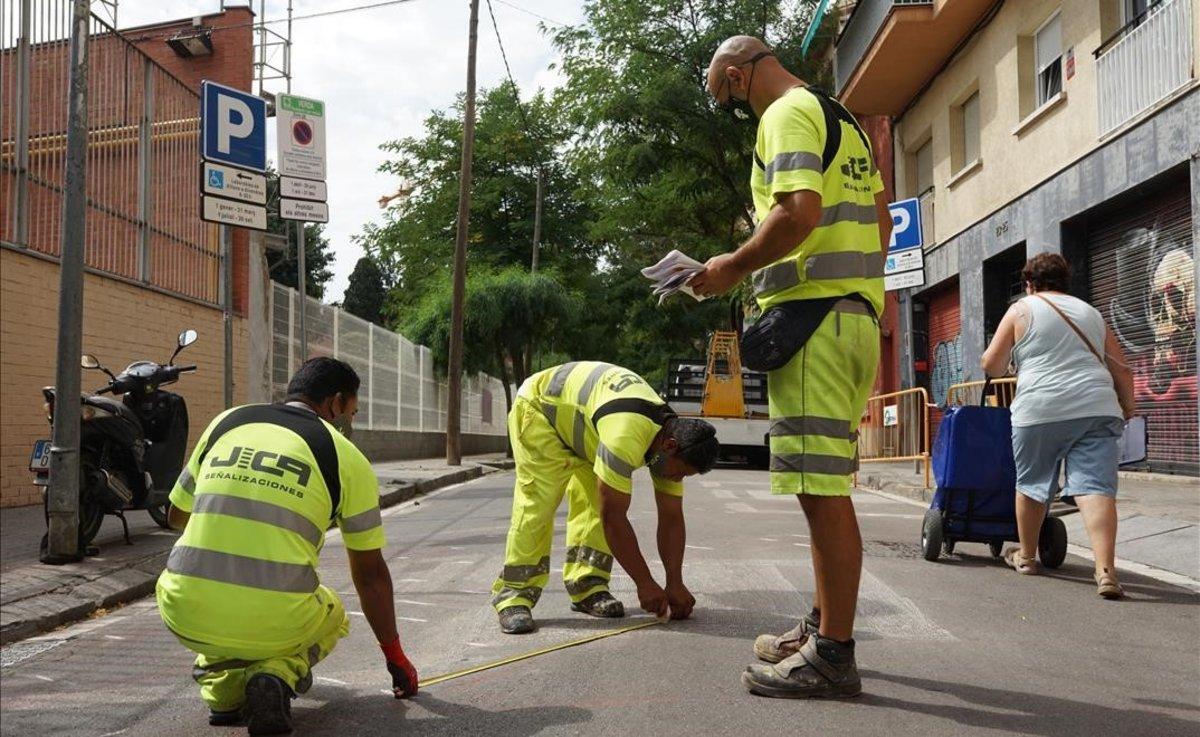 Actuaciones en el entorno de la escuela del Doctor Ferran, en la calle de las Acàcies, este martes.