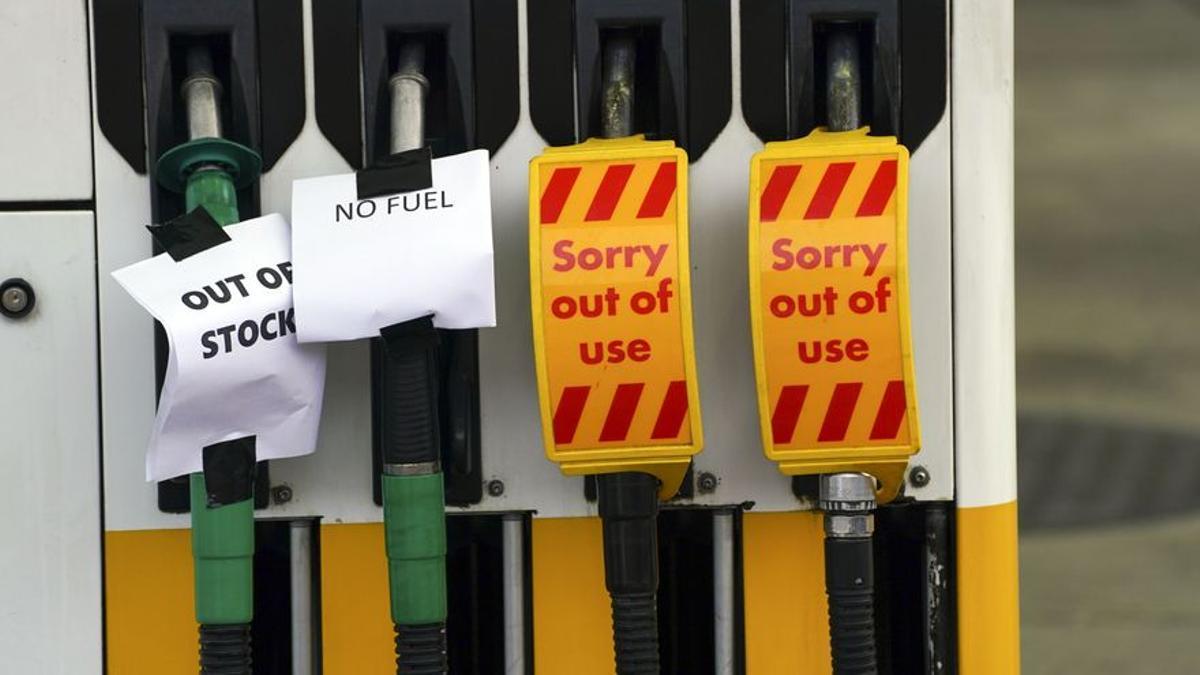 Surtidor de una estación de servicio de Reino Unido con la gasolina agotada