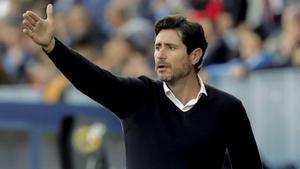 Víctor Sánchez del Amo da instrucciones a sus jugadores en un partido del Málaga.