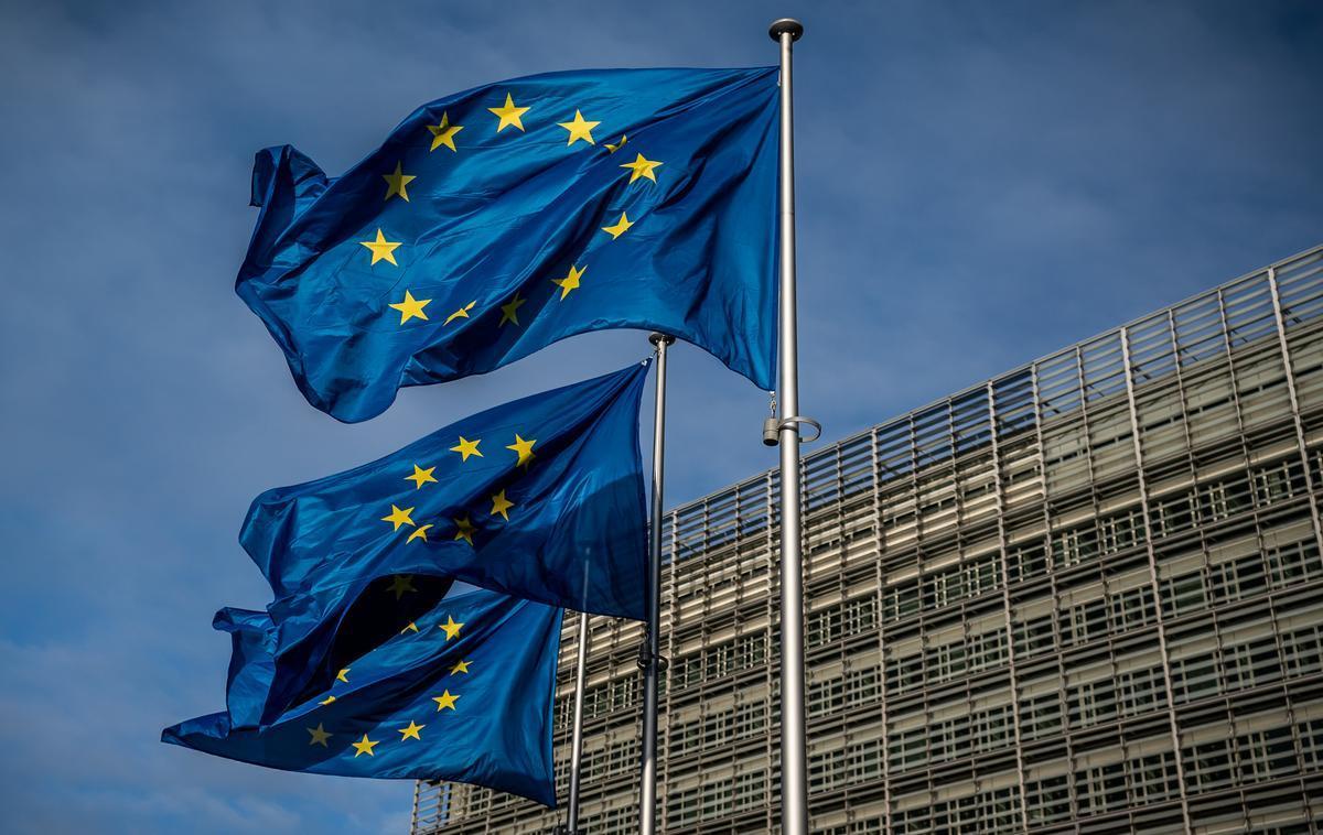 Banderas de la Unión Europea ondean frente a la sede de la Comisión Europea en Bruselas.
