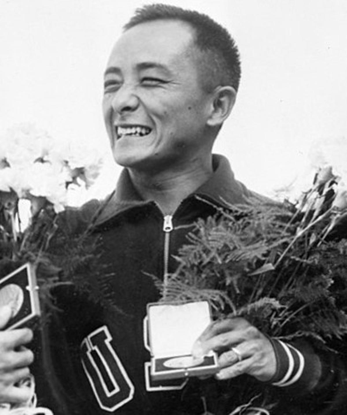 Sammy Lee, tras recibir la medalla de oro en los juegos de Helsinki, en 1952.