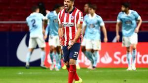 Luis Suárez se lamenta mientras los jugadores del Celta celebran el gol del empate.