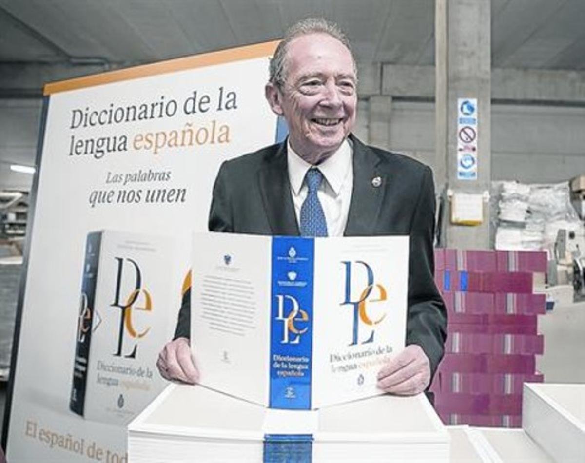 José Manuel Blecua, ayer, con los primeros ejemplares de la 23ª edición del diccionario de la RAE.