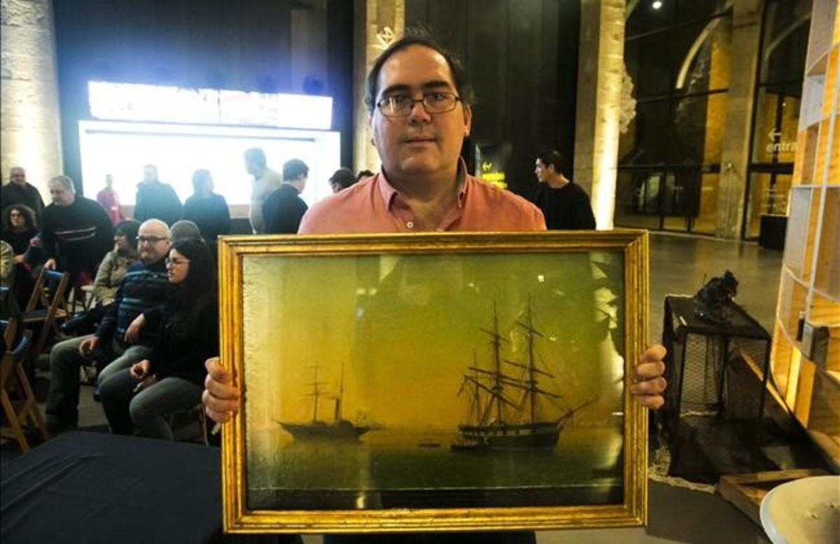 Nerín sujeta, el jueves, una pintura que representael abordaje de un vapor inglés a un galeón español usado para transportar esclavos.