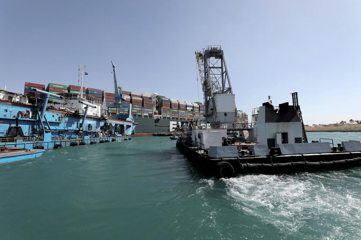 El tráfico marítimo se reanuda en el canal de Suez