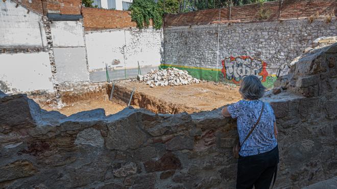"""Una """"obra ilegal"""" derriba parte de un muro de origen romano en el barrio de la Satalia de Barcelona"""