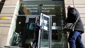 Entrada de las oficinas de la Seguridad Social, en la calle de Rocafort de Barcelona.