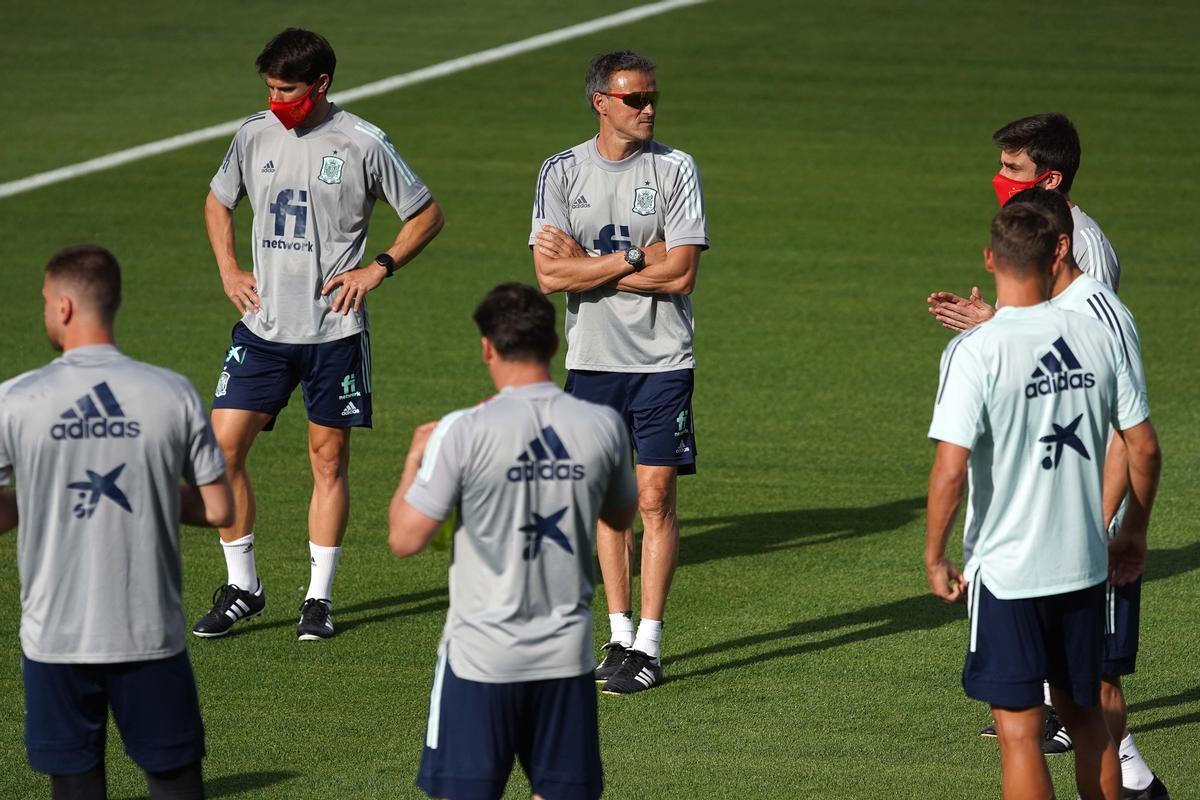 Luis Enrique antes del inicio del entrenamiento con la selección en la Ciudad del Futbol.