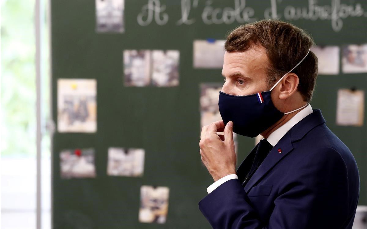 Macron, durante su visita a una escuela esta semana en Poissy.