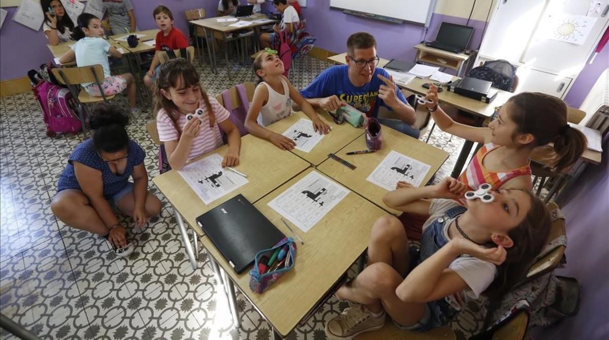 Christian Negre atiende a un grupo de alumnas de cuarto de primaria en la Escola Pia de Calella, este martes.
