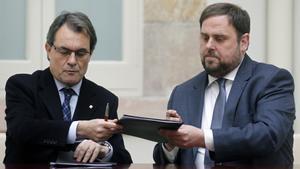 Artur Mas y Oriol Junqueras firman su primer pacto de legislatura, el 19 de diciembre de 2012