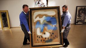 Dos operarios portugueses trasladan en febrero del 2014 una obra de Miró para la subasta que finalmente no se llevó a cabo.